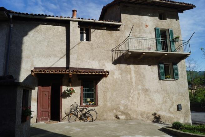 y- 2a DaHouse - side entrance & balcon studio