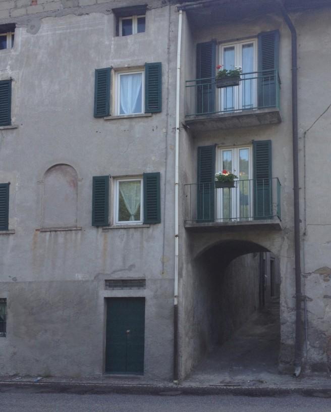 y- 5 DaHouse - front balconies & arc